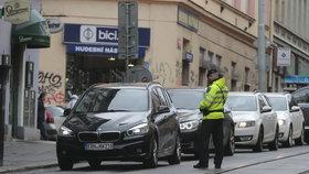 Dopravní kolaps v centru Prahy: Lidé míří na svátky z města, MHD měla až 50minutové zpoždění