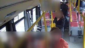 VIDEO: Brutální útok na střelce ze Smíchova! Dva cizinci ho v autobusu zmlátili, policie je hledá