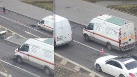 """Nasypat asfalt a přejet dodávkou: Způsob opravy silnice namíchl Pražany! """"Normální postup,"""" říká TSK"""