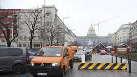 Protiteroristické zábrany na Václaváku překvapily řidiče: Musí mezi nimi kličkovat, větší auta mají problém