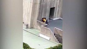 Nadržení studenti měli sex za bílého dne opření o budovu univerzity