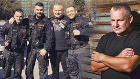 Fotili se s Kajínkem, stihl je trest! Tři policisté porušili kázeň, postih je ale tajný