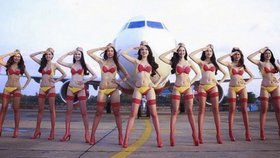 Aerolinky lákají pasažéry na polonahé letušky! Obsluhovat budou jen v bikinách