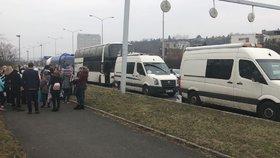 Běloruští tanečníci museli po Praze pěšky a MHD: Policie zakázala jízdu jejich autobusu