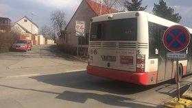 Další omezení na Libušské: Kvůli kolonám začaly autobusy jezdit jinudy