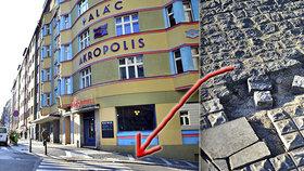 Díry a poničené kostky: Praha 3 má místo chodníků tankodrom, opravit se mohou až v teplejším počasí