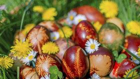Přírodní barvení vajíček krok za krokem a bez chemie! Tahle krása vám vyrazí dech