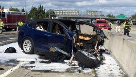 """Samořiditelné auto Tesla zabilo svého řidiče: Autopilot """"přehlédl"""" betonovou zátarasu"""