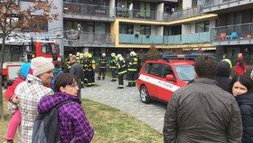 Evakuace obytného domu ve Stodůlkách: V jednom z bytů hořela kuchyň