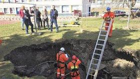 Záhadný kráter v areálu základní školy na Černém Mostě: Protiatomový kryt NE! Co to tedy je?