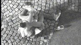 Opilá dvojice si to v Boskovicích rozdala pod kamerou: Strážníci je sledovali v přímém přenosu