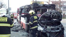 V Kyjích shořel autobus MHD! Cestovalo v něm šest lidí, ven se dostali včas