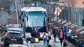 Američané v Moskvě sbalili kufry. Diplomaté s rodinami odjeli třemi autobusy