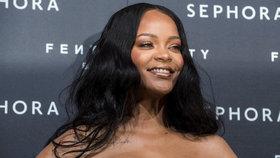 Barbadoská kráska Rihanna se zakulacuje: Vystavila ňadra v těsných šatech!