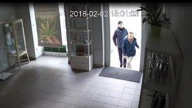 Policisté hledají muže, který vykradl obchod. Prodavač za sebou zamkl, ale nedovřel