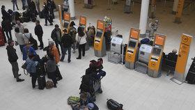 Hodiny ve frontách a zrušené lety čekají i Čechy. Německá letiště stávkují