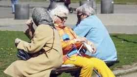 Zájem o dětské spoření stoupá. A jak si Češi spoří na důchod?