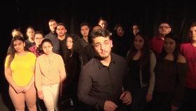 Stipendia pomáhají mladým Romům. Petr chce být ředitel banky, Leon policejní prezident