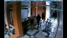 VIDEO: Lupiči v Podolí přepadli hlídače! Spoutali ho a hrozili mu zbraní, do trezoru se ale nedostali