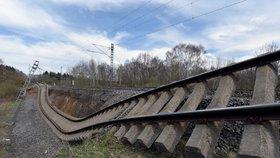 Sesuv půdy zmuchlal koleje u Dalovic. Vlaky tudy týden neprojedou