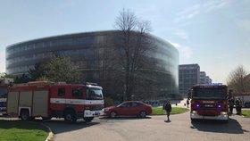 Zásah hasičů v Dejvicích: 50 lidí evakuovali, ze střechy ČVUT se kouřilo