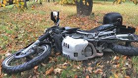 Auto srazilo při předjíždění na Prachaticku motorkáře: Po nehodě zemřel