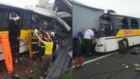 Skřípání plechu, střepy ve vzduchu a dvě úmrtí. Srážka autobusu a kamionu dopadla tragicky