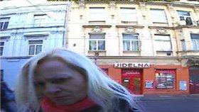 Vybírala peníze z cizího účtu: Policie pátrá po neznámé ženě s ukradenou platební kartou