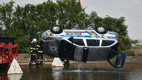 Skončili na dně: Policejní vůz museli hasiči z vody vytahovat jeřábem