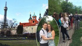 Takhle Pražané prožili lásky čas: Invaze zamilovaných na Petříně! Lanovka nestíhala