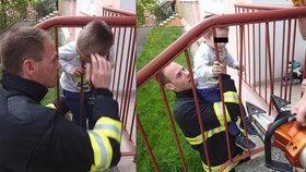 Chlapeček se hlavou zaklínil v zábradlí: Jeho slova dojala drsné hasiče