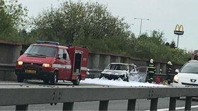 Dálnici D5 na Prahu blokuje hořící auto: Tvoří se dlouhé kolony