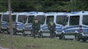Stovky policistů, zranění a agrese: Uprchlíci v německém táboře se už podruhé vzbouřili