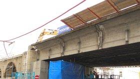 Bagry »rozkoušou« Negrelliho viadukt nad Křižíkovou ulicí: Demolice na pět dní omezí pěší i dopravu