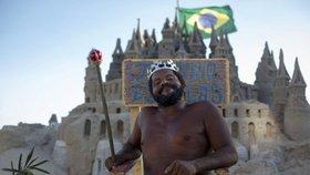 Bezdomovec si žije jako král: Už 22 let bydlí na pláži v hradu z písku!
