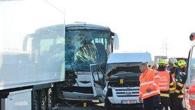 Dálnici D5 u Prahy uzavřela nehoda autobusu s kamionem. Doprava v okolí zkolabovala