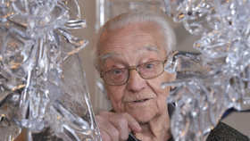 Zemřel legendární sklář René Roubíček (†96). Foukal ženská těla i lidské hlavy