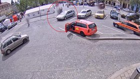 Zloděj pomohl lstí muži, co špatně chodí, do taxíku, pak ho sprostě okradl