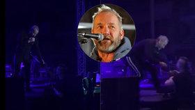 Naštvaný David Koller na koncertě vletěl na fotografa! Teď mu poslal vzkaz