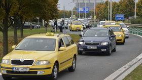 Taxikáři už zase brojí proti Uberu a dalším. Vyzvali je k zastavení činnosti