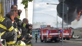 Požár haly v Praze je pod kontrolou! Hasiči bojovali s ohněm více než 12 hodin, škody půjdou do desítek milionů