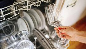Nejčastější chyby při mytí nádobí v myčce: Neděláte je také?