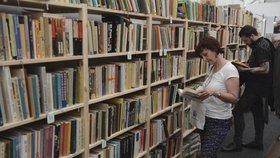 Pět ze šesti finalistů prestižní knižní ceny jsou ženy: O Man Bookera usiluje i příběh z českého pohraničí