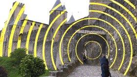 Umělec se pyšní, lidé zuří. Pevnost Carcassonne má hradby plné kružnic