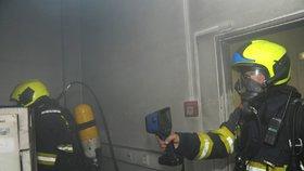 Hustý dým na Žižkově: V serverovně České pošty hořelo, hasiči z budovy vyvedli devět lidí