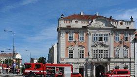 Požár v luxusním hotelu na Hradčanech! 25 lidí vyběhlo ven, ze suterénu se valil dým