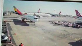 Šílené video z ranveje: Airbus usekl dalšímu letadlu ocas. Projel jím jako nůž máslem