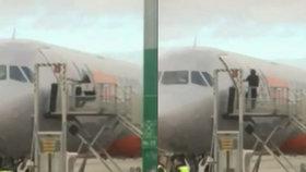 O-ou! Muž se snažil probít do letadla a zranil několik lidí. Nebylo ale jeho
