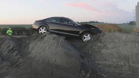 """Řidič věřil navigaci, jenže najel na dálnici, která se teprve staví! Mercedes """"zapíchl"""" do kupy písku"""