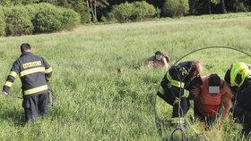 Lovila »kešky« a uvízla v rašeliništi: Ženu museli vytáhnout hasiči